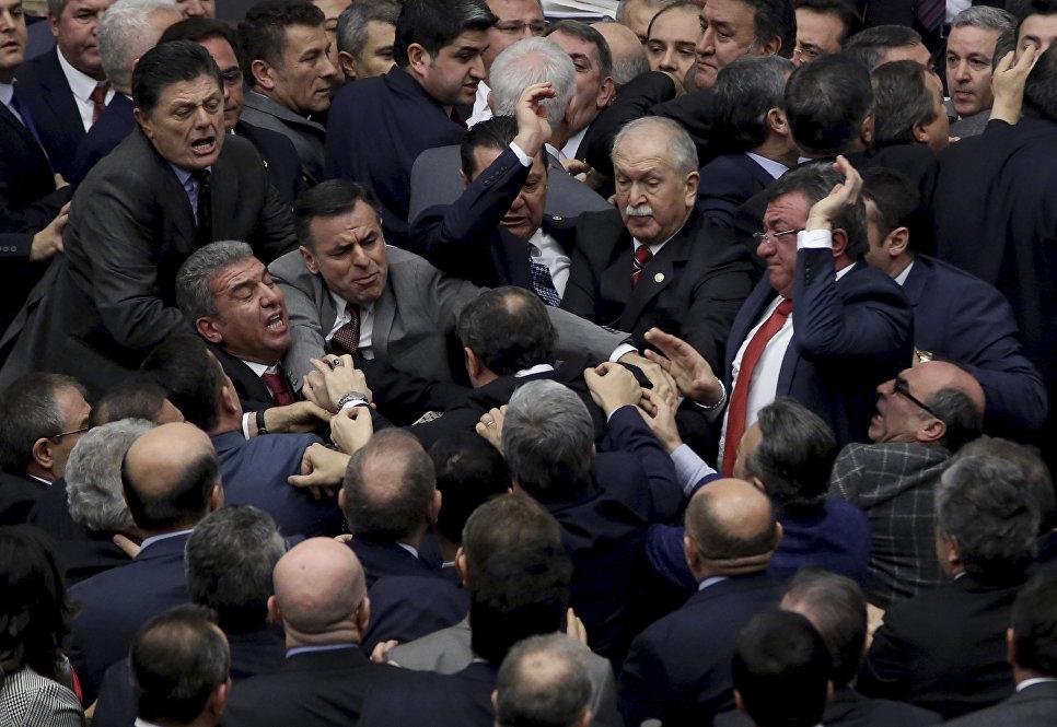 В Анкаре проходит массовый митинг против изменения конституции