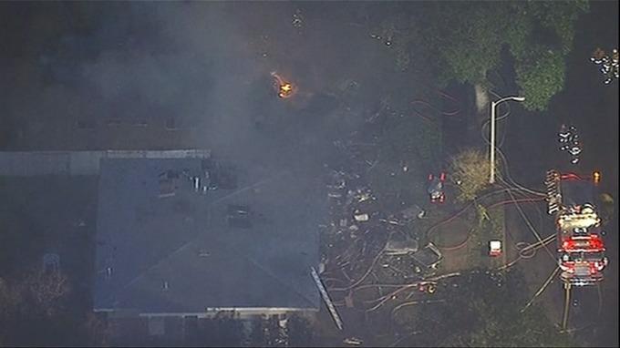 ВКалифорнии самолёт рухнул надва дома, умер один человек