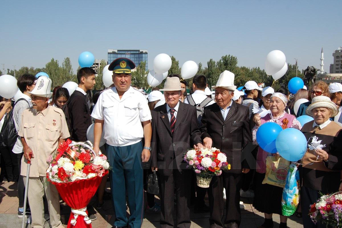 Балаковские школьники запустили внебо бумажных голубей навоздушных шарах