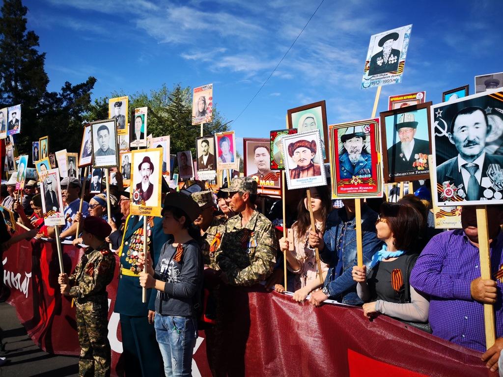 Президент Киргизии присоединился кшествию «Бессмертного полка»