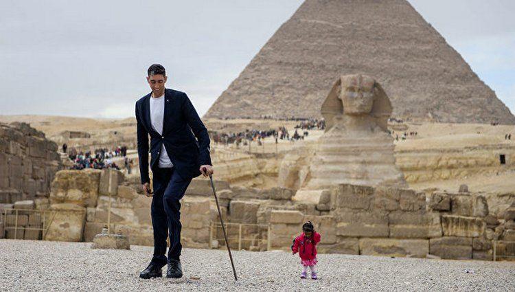 ВЕгипте встретились самый высокий мужчина исамая маленькая женщина вмире
