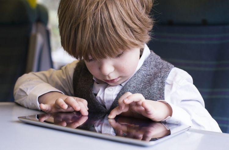Маленькие дети, которые большое количество  играют на телефонах  ипланшетах, менее  спят