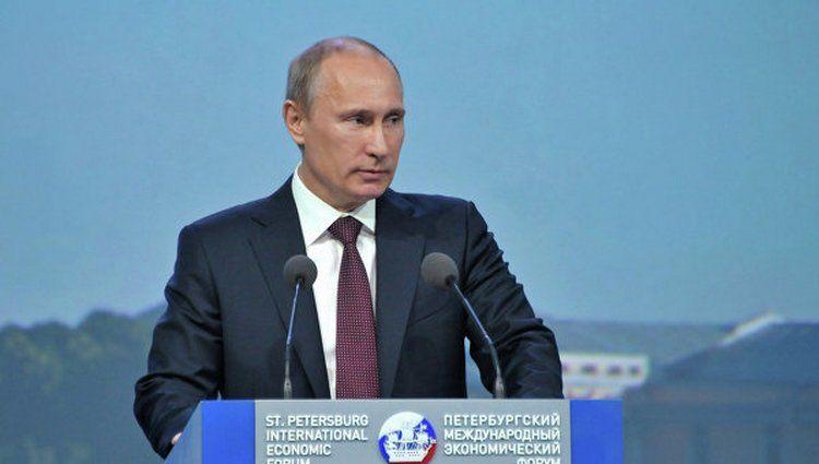 Нарушили протокол! Как прошла встреча Эммануэля Макрона и В. Путина ?