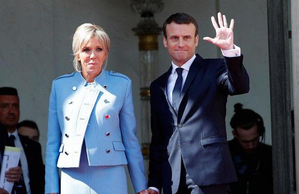 Первая леди Франции появилась на праздничном приеме вмини-платье